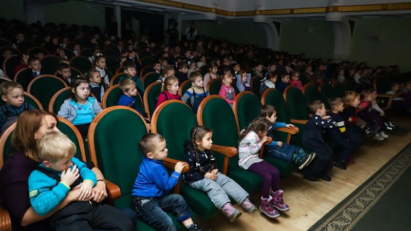 Около двух тысяч юных зрителей аплодировали Оренбургскому областному театру кукол в Западной Сибири